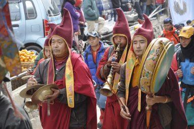 Procession de bouddhistes tibétains