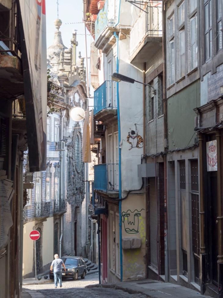 Porto : rue étroite du vieux centre