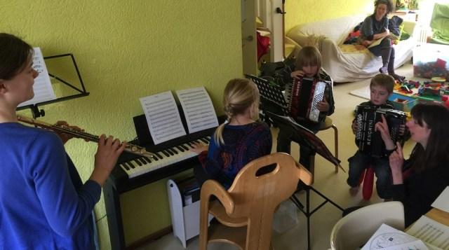 De Thuisonderwijs-band oefent een nieuw stuk.