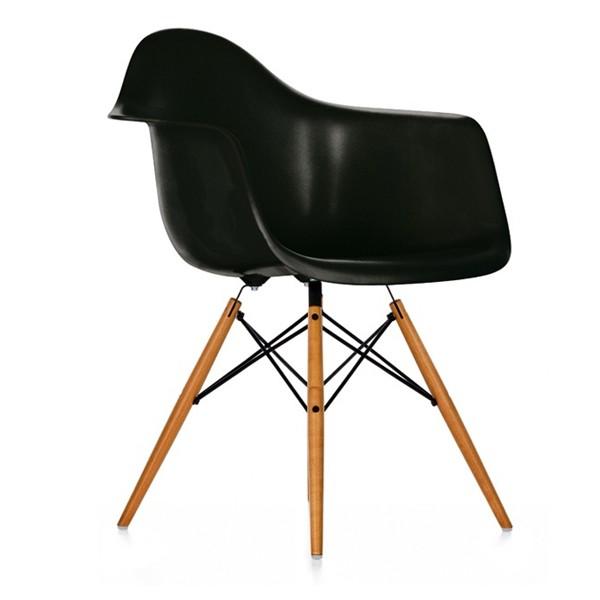 Eames Plastic Chair (DAW) - Sort med ahorn ben