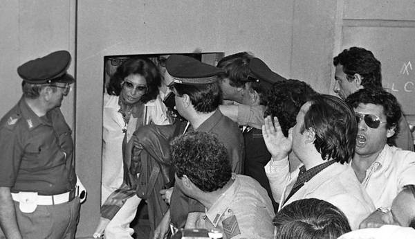 L'attrice Sofia Loren lascia il carcere di Caserta dopo una detenzione durata 17 giorni, in un'immagine del 4 giugno 1982. Con la sentenza 24017 depositata oggi dalla Sezione tributaria della Cassazione, la Suprema Corte ha accolto il ricorso di Sofia Scicolone, in arte Sofia Loren, contro il verdetto della Commissione tributaria di Roma che le aveva ingiunto di pagare le tasse sul 70% del reddito accertato anziché sul 60% come sosteneva l'attrice. Adesso c'è il via libera allo sgravio fiscale in favore della Loren che pagherà le tasse solo sul 60% di poco più di un miliardo di vecchie lire non dichiarato nel modello 740 di 39 anni fa. Per i suoi problemi con il fisco Sofia Loren finì il 19 maggio 1982 nel carcere femminile di Caserta dopo l'arresto avvenuto appena atterrata all'aeroporto di Fiumicino, di ritorno dalla Svizzera dove risiedeva con la famiglia. Scontò 17 giorni di detenzione per aver omesso di presentare la denuncia dei redditi (poi definiti in 112 milioni di lire di imponibile per l'imposta complementare del 1963-1964). ANSA / OLDPIX