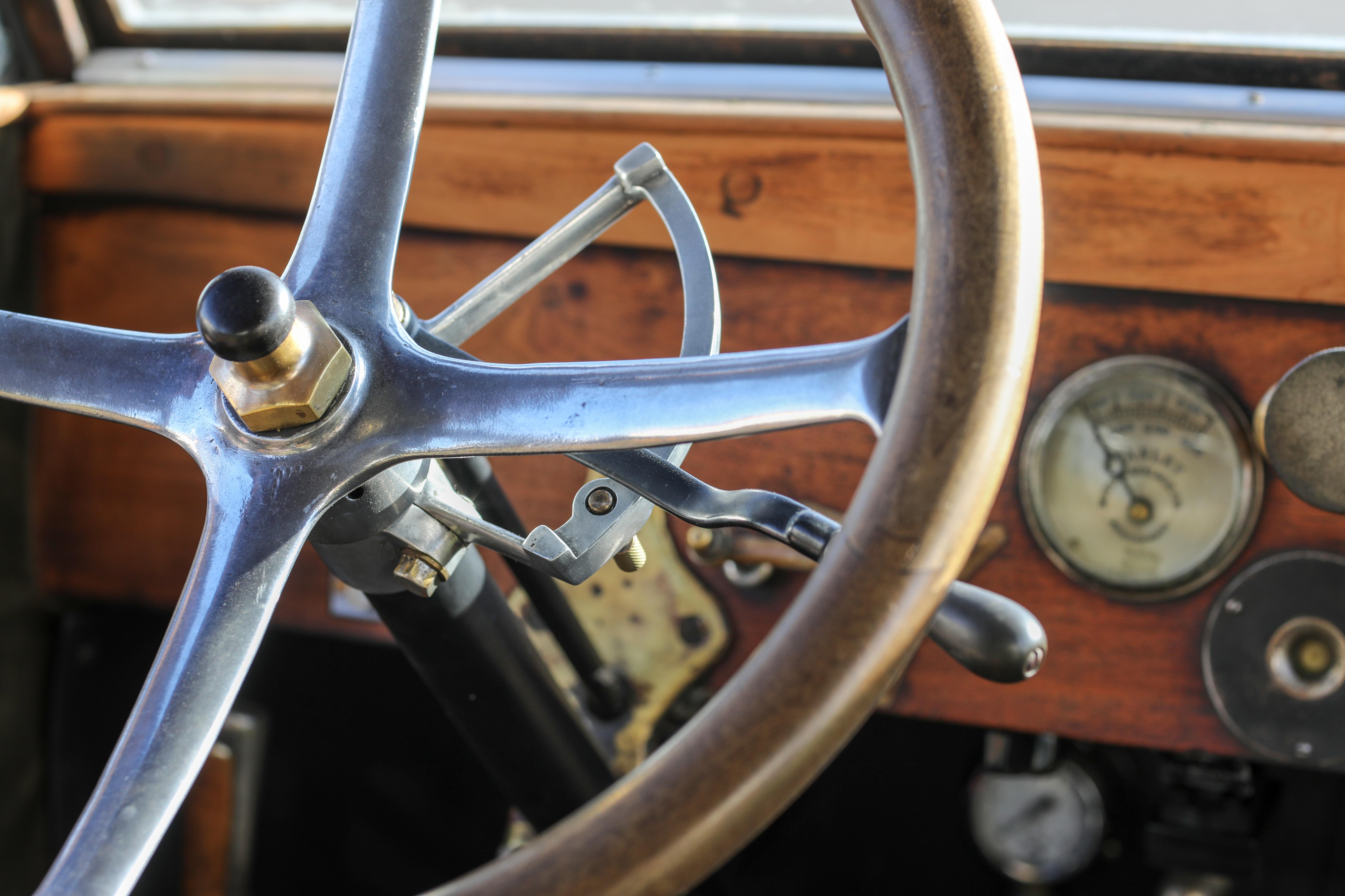 Stylisches Interieur Holz Lenkrad Stanley Steamer 735d (1919) - Dampfauto - Steam Car - Oldtimer mieten Fotoshooting