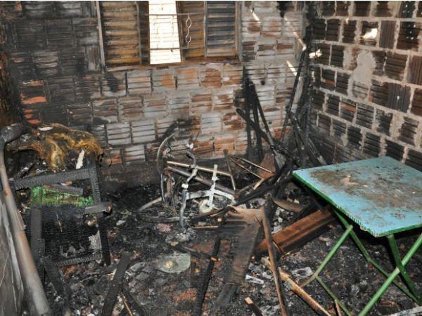 Quarto da casa ficou destruído depois do incêndio em Campo Grande
