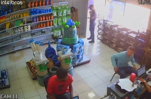 Trio armado rouba loja de material de construção e atira em funcionário durante fuga em Cuiabá; vídeo