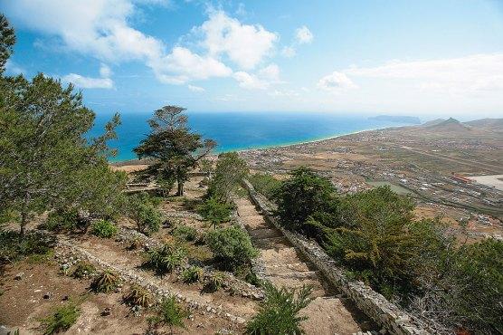 Aussicht Miradouro Portela, Steintreppe zum Strand, Meer im Hintergrund