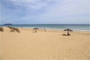 Der Sandstrand von Porto Santo, Blick auf das Meer, Urlauber unter Sonnenschirmen