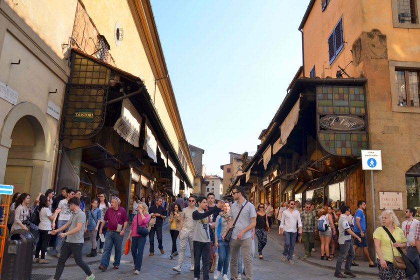 Vor lauter Geschäften und Menschen ist kaum Brücke zu sehen: Ponte Vecchio in Florenz