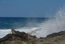 Wellen an der Küste auf Mallorca