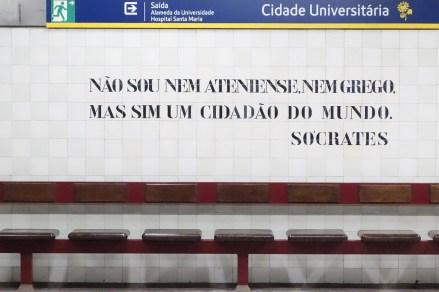 Zitat von Socrates an der Cidade Universitaria Haltestelle in Lissabon
