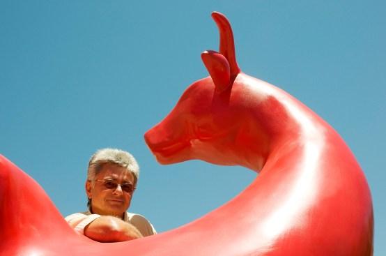 Karl-Heinz Stock vor einer seiner Skulpturen