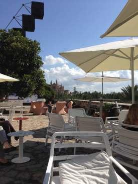 Sessel und Sonnenschirme Cafeterrasse Museum EsBaluard