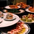 Teller baskische Speisen: Meeresfrüchte, Fisch, Gemüse