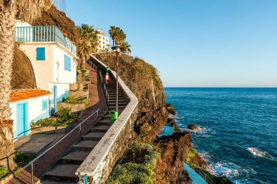Treppe und Häuser an Küste auf Madeira