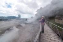 Frau auf Holzweg in Furnas heiße Quellen