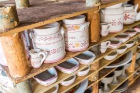 Regal mit fertig bemalter Keramikkunst