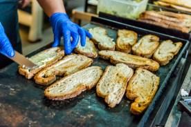 Brot wird knusprig gebraten und mit Butter bestrichen Azoren