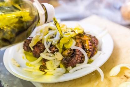 Tintenfisch mit Öl auf Teller im Restaurant Azoren
