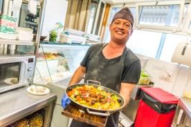 Koch präsentiert Pfanne mit Essen Azoren Restaurant