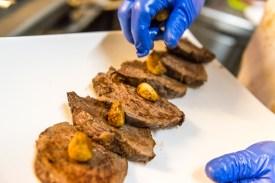 Fleisch wird auf Teller angerichtet Azoren