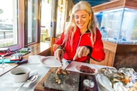 Frau im Fischrestaurant Azoren
