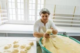 Bäckerin formt Hefeklöße für Bolo Levedo