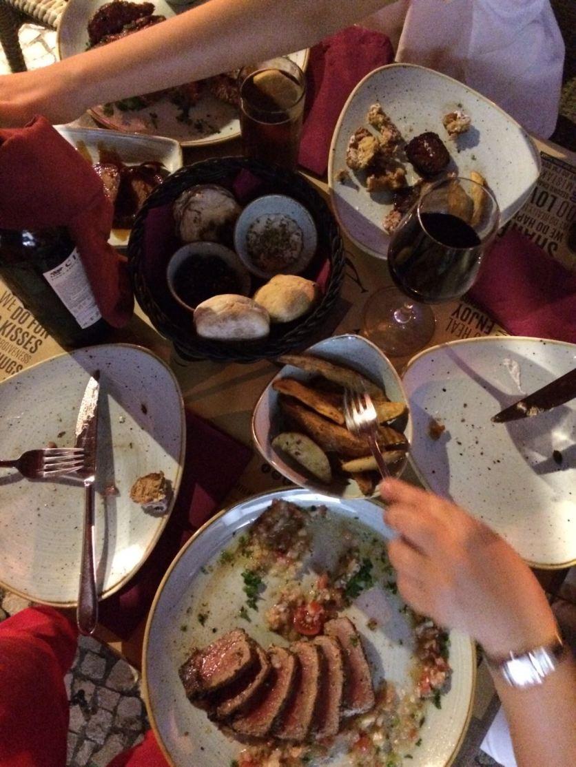 Tisch im Restaurant mit Tellern und Tapas