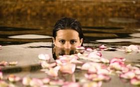 Frau im Pool mit Blüten Spa