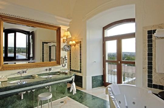 Suite Convento do Espinheiro Hotel & Spa