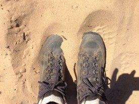 Schuhe auf dem Sandweg der Rota Vicentina