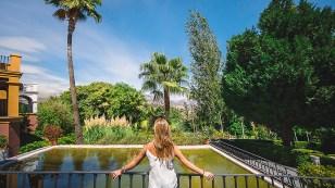 Frau auf Terrasse des B Bou Hotel La Viñuela & Spa