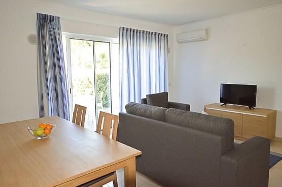 Wohnzimmer Beispiel Tisch und Sofa Villas Mourim Algarve