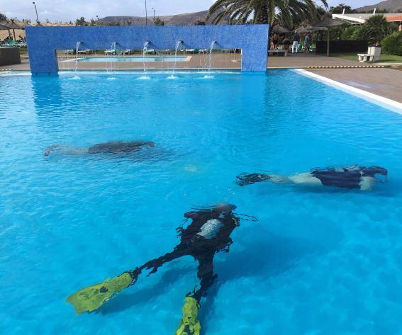 Taucher im Pool auf Porto Santo