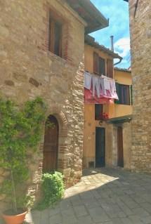 Toskana Dorf mit Wäsche am Fenster