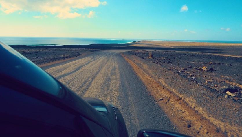 Auto auf Schotterstraße Cofete Fuerteventura