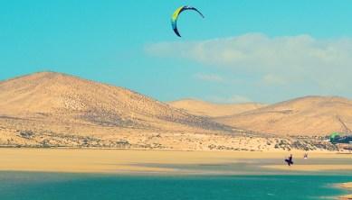 Kitesurfer vor Dünenlandschaft Fuerteventura