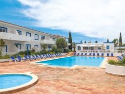 Pool, Sonnenliegen und Appartements Vilabranca Algarve