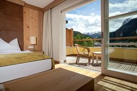 Zimmer und Balkon mit Bergblick im Adler Dolomiti Spa & Sport Resort