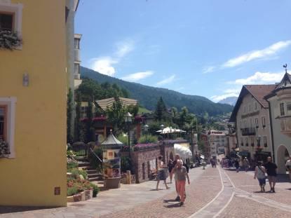Fußgängerzone Sankt Ulrich Fassade Adler Dolomiti Spa & Sport Resort