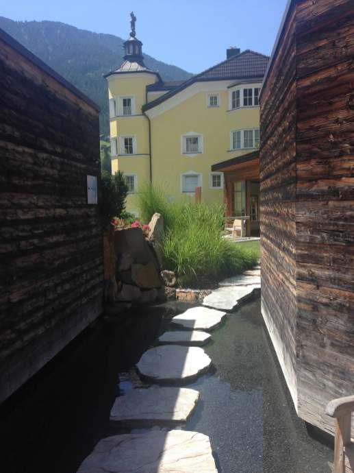Steinweg im Sauna Außenbereich Adler Dolomiti Spa & Sport Resort