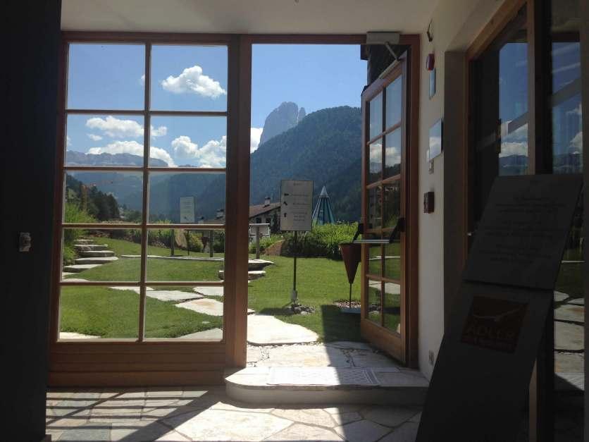 Tür zur Gartenanlage Ruhezone Adler Dolomiti Spa & Sport Resort