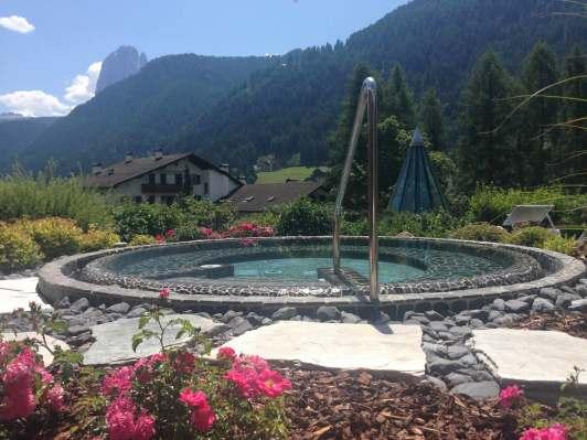 Whirlpool mit Blick in Dolomiten Adler Dolomiti Spa & Sport Resort