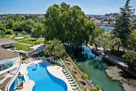 Garten und Pool und Stadtblick Hotel dos Templários Tomar