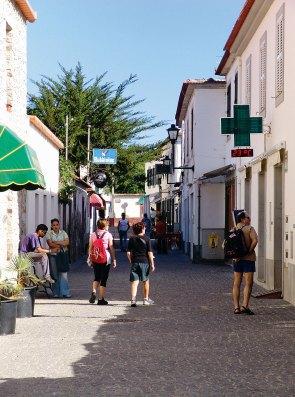 Kleine Gasse mit Geschäften und Apotheke in Vila Baleira
