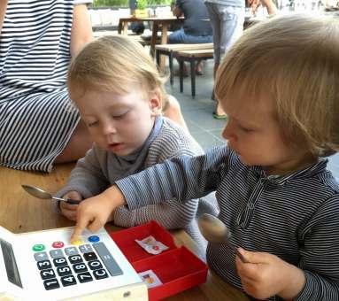 Kinder spielen im Restaurant A Terra