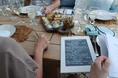 Tisch mit Essen im Restaurant A Terra