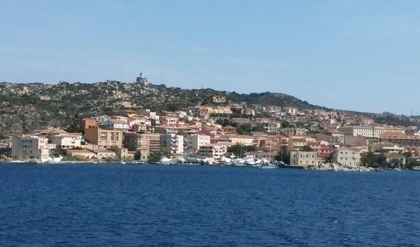 Blick auf La Maddalena Stadt
