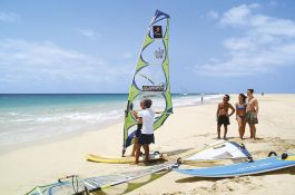 Surfkurs am Strand des Vila do Farol Resort