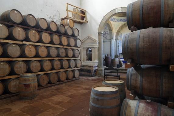 Weinfasslagerung vor einer ehemaligen Kapelle