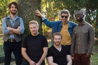 Um dos maiores nomes do jazz mundial, o pianista e compositor americano Chick Corea (segundo da esquerda para a direita) se apresenta com a banda The Vigil, na quinta-feira (04), às 22h30, na Praça do Carmo. Foto: MIMO Festival/Divulgação