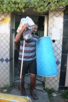 Moradores receberam cesta básica, kit de limpeza e colchão. Foto: Rodrigo Barradas/Pref.Olinda